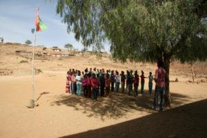 Schüler vor Schulbeginn-Adi-Belsey